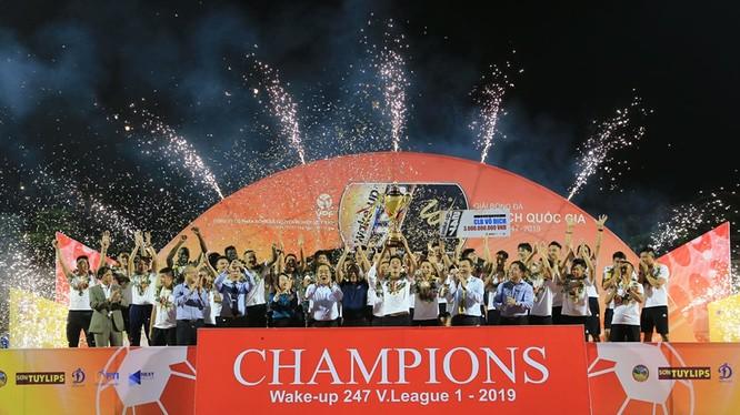 Chúc mừng nhà vô địch Hà Nội. Ảnh VPF
