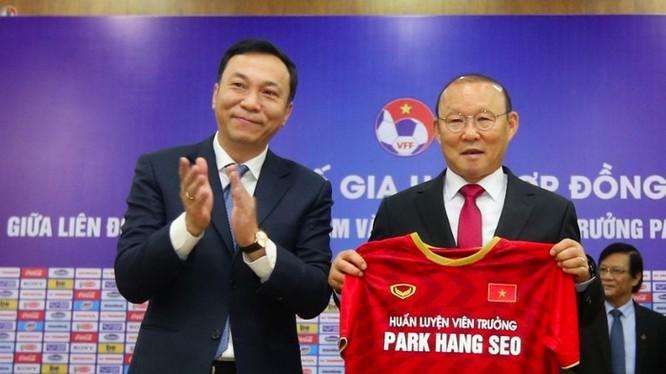 Lễ kí kết giữa thầy Park và VFF đã thu hút sự quan tâm không nhỏ từ truyền thông và dư luận Việt Nam, khu vực Đông Nam Á và cả Hàn quốc, quê hương ông. Ảnh AT