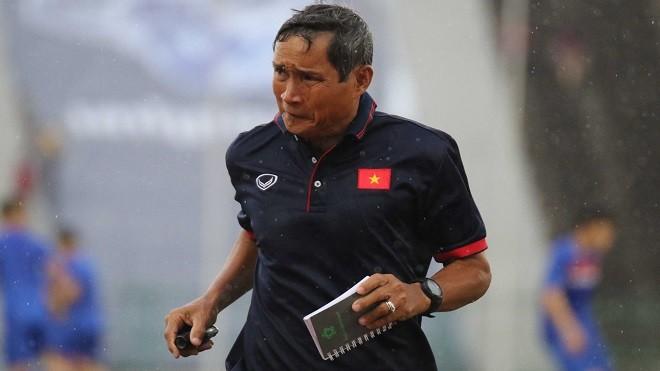"""""""Phải có những ông bầu giống như bóng đá nam thì bóng đá nữ mới phát triển được"""" HLV Mai Đức Chung nói."""