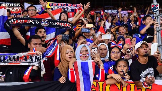 Khán giả Thái Lan thất vọng khi đội nhà thua trận. Ảnh Changsuek