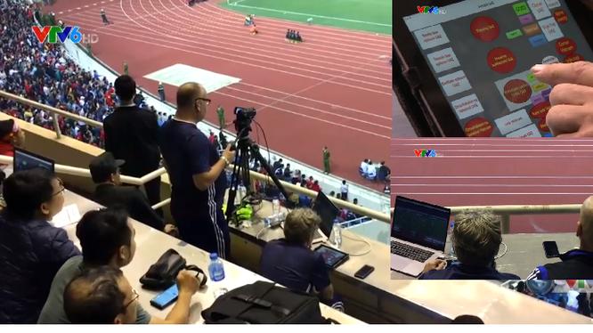 """Dàn trợ lý chuyên môn của UAE đang """"làm tươi"""" số liệu phân tích trận đấu. Ảnh màn hình"""