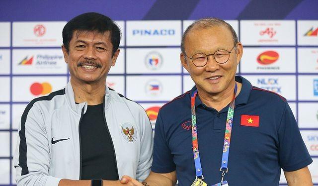 Ông Park tự tin bắt tay đối thủ trong cuộc họp báo trước trận chung kết. Ảnh VFF