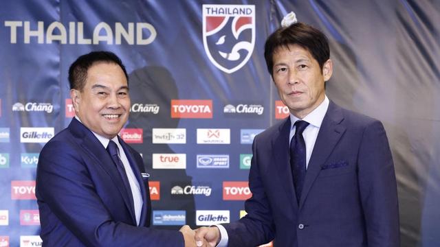 Chủ tịch Somyot Poompanmoung bất ngờ gia hạn hợp đồng với HLV Nishino thêm 2 năm với số tiền kỷ lục là 2,75 triệu baht/ tháng (tương đương 2,097 tỷ đồng), một mức lương kỷ lục đối với một HLV làm việc tại khu vực Đông Nam Á. Ảnh FAT
