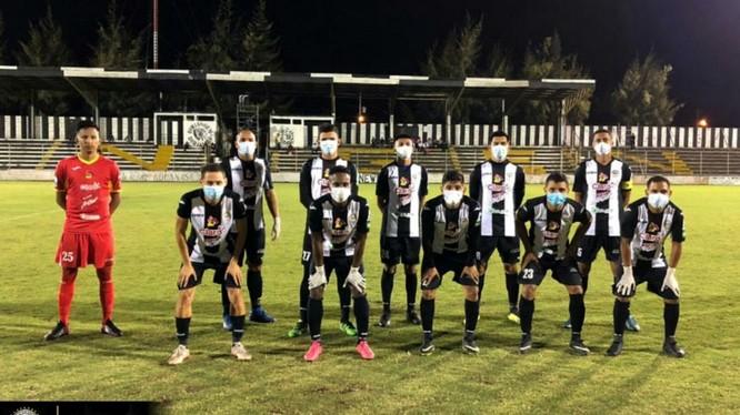 Các cầu thủ Cacique Diriangenra sân với găng tay và khẩu trang y tế, trong trận đấu với Deportivo Ocotal,. Ảnh CLB