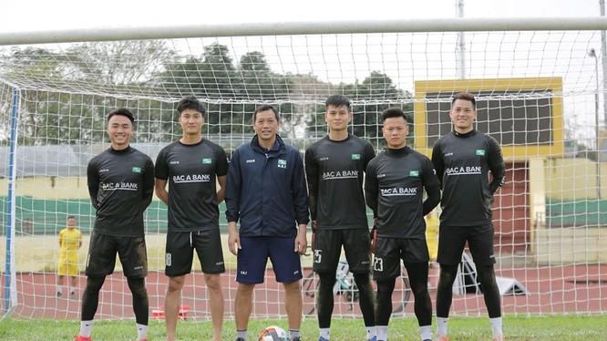 HLV thủ môn Đức Thắng cùng các học trò tập luyện. Ảnh SLFC.