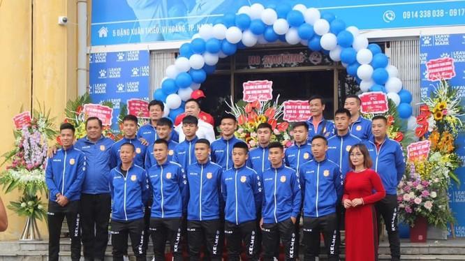 Với 1 thẻ đỏ, 48 thẻ vàng tại V.League 2019 dường như HLV Văn Sỹ muốn cải thiện nhiều lối đá của các học trò, kể cả Lâm Anh Quang một hậu vệ có lối đá khá mạnh mẽ giờ đây cũng chơi bóng bằng đầu nhiều hơn. Ảnh NĐFC