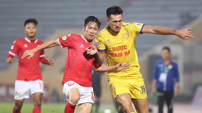 """""""Lão tướng"""" Lê Tấn Tài sinh năm 1984 chính là cầu thủ chinh chiến nhiều nhất của tân binh V.League. Ảnh VPF"""