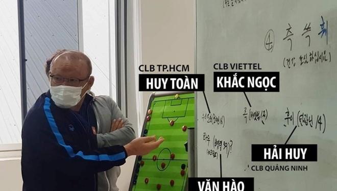 """""""HLV Park Hang-Seo đã vô tình để lộ những cái tên mới chuẩn bị triệu tập cho vòng loại Wolrd Cup 2022 sắp tới. Đây là một hành động có thể coi là bất cẩn"""". Ảnh VTV"""