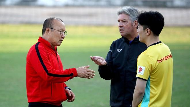 Mối quan hệ giữa HLV Park Hang Seo với GĐKT Gede được cho là tốt hơn nhiều dưới thời HLV Hữu Thắng. Ảnh VFF