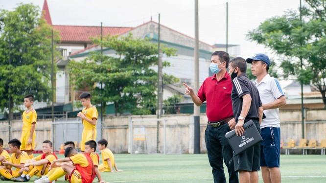 PTGĐ kiêm Giám đốc đào tạo trẻ Nguyễn Đình Nghĩa (áo đỏ) giờ đã có thể yên tâm sống bằng nghề. Ảnh CLB