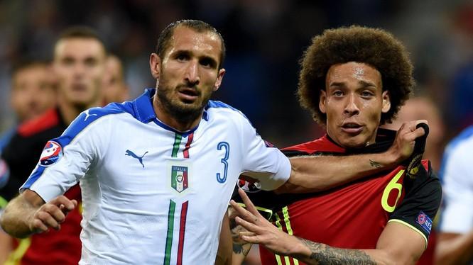 Italia đã đo ván đội bóng đứng đầu BXH của FIFA. Ảnh AP