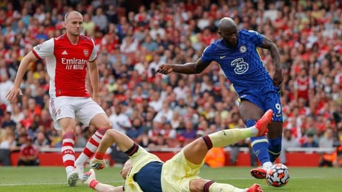 Romelu Lukaku ghi bàn và có màn trình diễn xuất sắc nhất trong chiến thắng 2-0 của Chelsea tại Emirates. Ảnh AP.