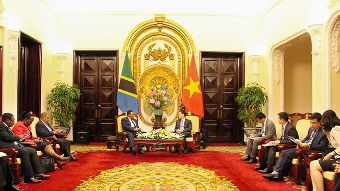 Quyền Bộ trưởng Nguyễn Mạnh Hùng tiếp ngài Augustine Mahiga