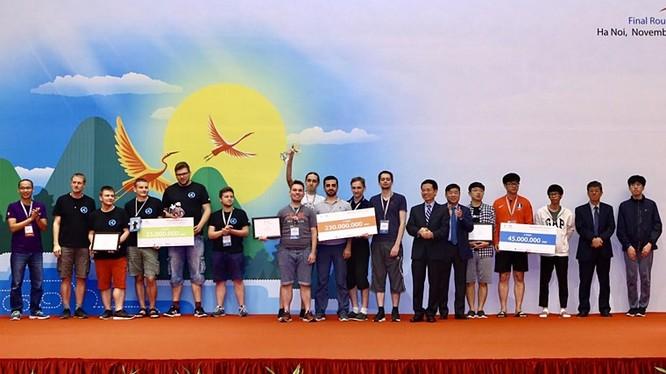 Bộ trưởng Nguyễn Mạnh Hùng trao giải Nhất cho đội LC1BC đến từ Nga