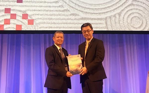 Thứ trưởng Nguyễn Thành Hưng chụp ảnh lưu niệm với ngài Chủ tịch ASOCIO