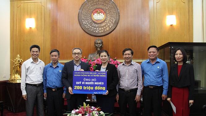 Thứ trưởng Bộ TT&TT Phan Tâm trao tiền ủng hộ Tháng hành động Vì người nghèo cho Ủy ban Trung ương MTTQ Việt Nam