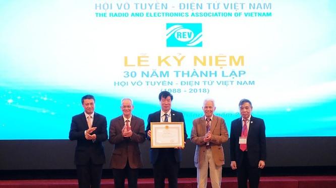 Thứ trưởng Phạm Hồng Hải trao Bằng khen của Bộ trưởng Bộ TT&TT cho Hội Vô tuyến - Điện tử Việt Nam