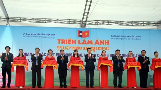 """Các đồng chí lãnh đạo cắt băng khai mạc Triển lãm ảnh """"Quan hệ đặc biệt Việt Nam – Lào, những chặng đường vinh quang""""."""