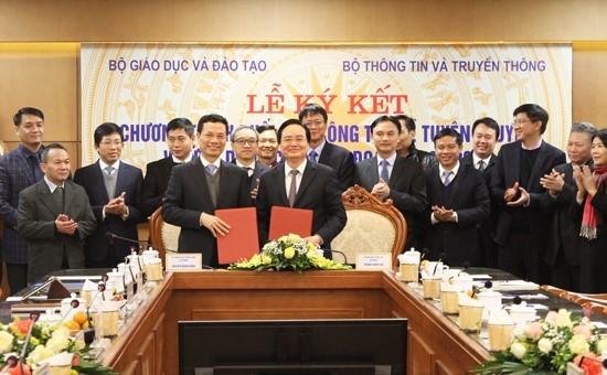 Bộ trưởng Bộ TT&TT Nguyễn Mạnh Hùng và Bộ trưởng Bộ GD-ĐT Phùng Xuân Nhạ ký kết nội dung hợp tác giữa hai Bộ