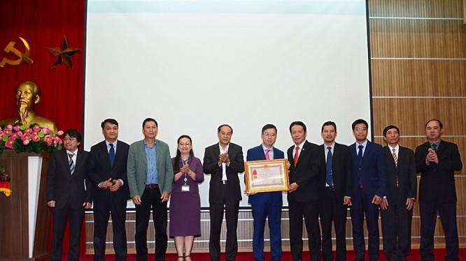 Thứ trưởng Bộ TT&TT Hoàng Vĩnh Bảo trao tặng Huân chương cho Lãnh đạo Cục qua các thời kỳ