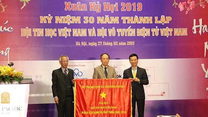 Bộ trưởng Nguyễn Mạnh Hùng tặng bức trướng cho Hội Tin học Việt Nam