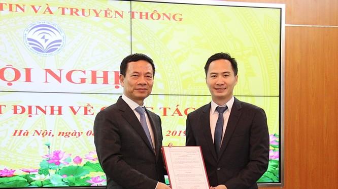 Bộ trưởng Nguyễn Mạnh Hùng trao Quyết định cho ông Nguyễn Thiện Nghĩa.
