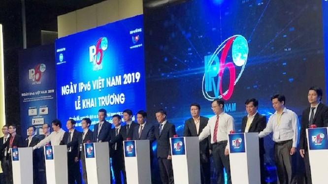 Thứ trưởng Phạm Hồng Hải cùng các đại biểu nhấn nút khai trương IPv6
