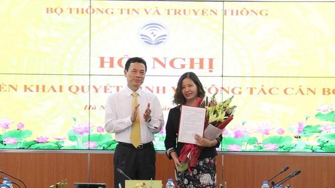 Bộ trưởng Nguyễn Mạnh Hùng trao quyết định bổ nhiệm bà Trần Thị Nhị Thủy