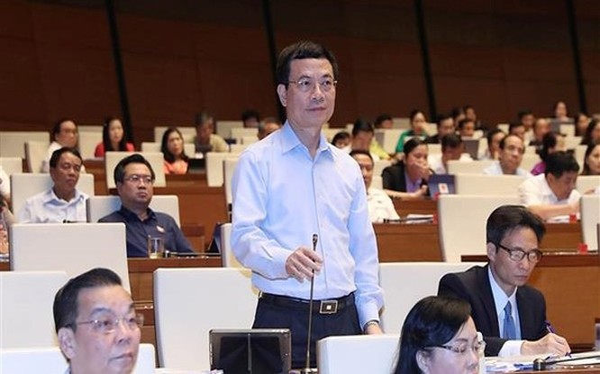 Bộ trưởng Bộ TT&TT Nguyễn Mạnh Hùng tham gia trả lời chất vấn.