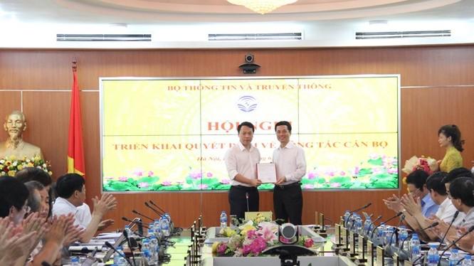 Bộ trưởng Nguyễn Mạnh Hùng trao quyết định bổ nhiệm cho ông Nguyễn Huy Dũng.