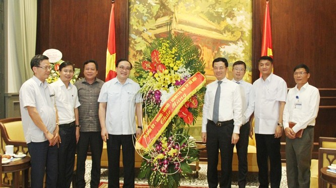 Bí thư Thành ủy Hà Nội Hoàng Trung Hải tới thăm và chúc mừng Bộ TT&TT