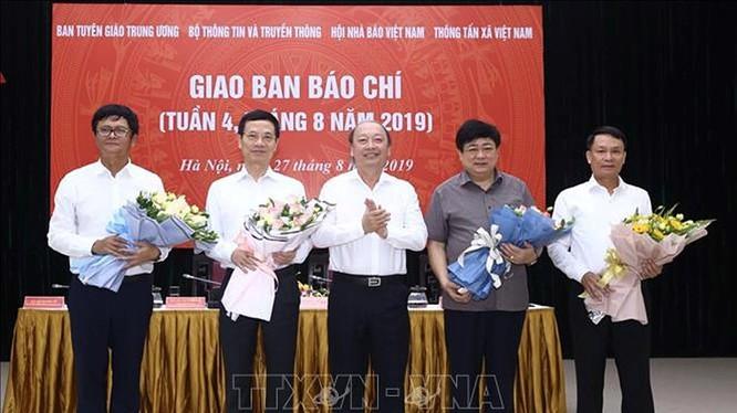 Đồng chí Võ Văn Phuông, Phó trưởng ban thường trực Ban Tuyên giáo Trung ương tặng hoa chúc mừng 4 cơ quan báo chí.