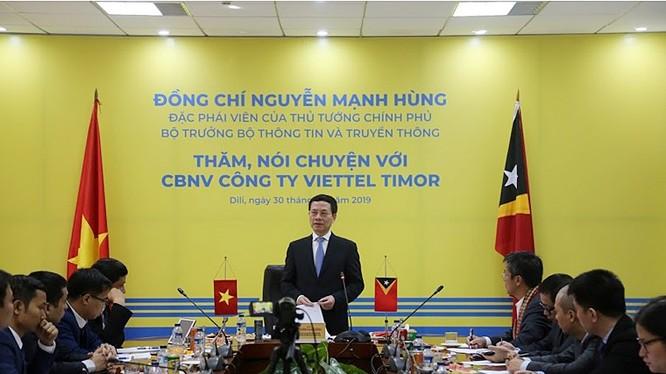Bộ trưởng Bộ TT&TT Nguyễn Mạnh Hùng nói chuyện CBNV Công ty viễn thông Viettel Timor.