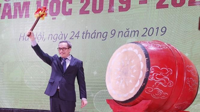 Thứ trưởng Phan Tâm đánh trống khai giảng năm học mới