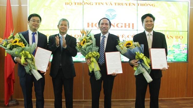 Thứ trưởng Bộ TT&TT Nguyễn Thành Hưng trao quyết định cho các cán bộ