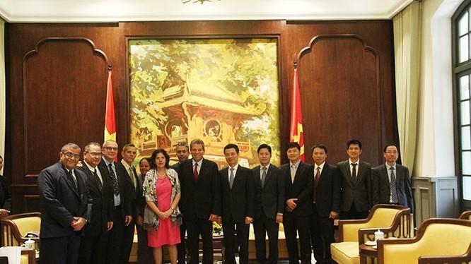 Bộ trưởng Bộ TT&TT Nguyễn Mạnh Hùng chụp ảnh lưu niệm cùng đoàn Cuba