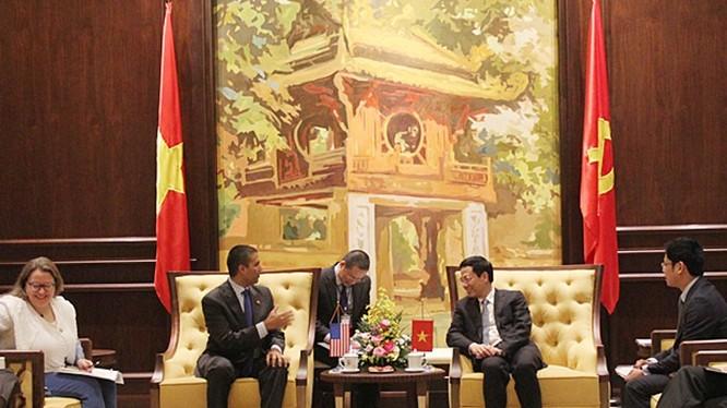 Bộ trưởng Nguyễn Mạnh Hùng tiếp ông Ajit Pai