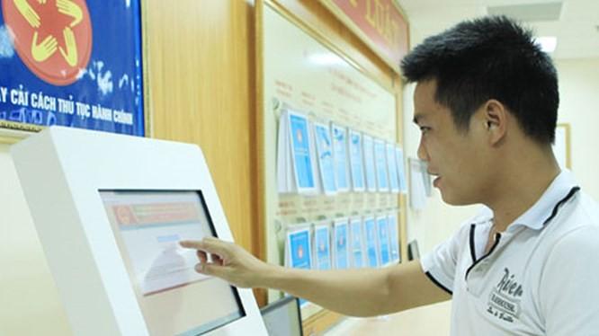 Người dân tăng cường sử dụng dịch vụ công trực tuyến để hạn chế tiếp xúc nơi đông người, phòng tránh lây nhiễm virus corona. Ảnh: egov.chinhphu.vn