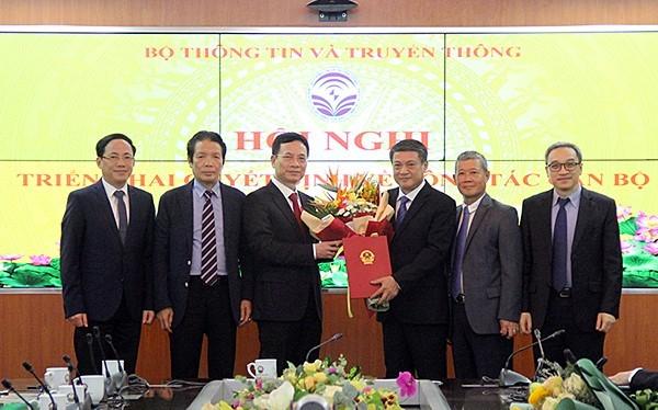 Thừa ủy quyền của Thủ tướng, Bộ trưởng Bộ TT&TT Nguyễn Mạnh Hùng trao quyết định nghỉ chế độ cho Thứ trưởng Phạm Hồng Hải