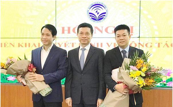 Bộ trưởng Nguyễn Mạnh Hùng trao Quyết định bổ nhiệm cho các cán bộ
