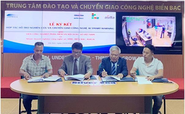 Viện trưởng Trần Minh cùng đại diện các công ty tại lễ ký kết. Ảnh MIC