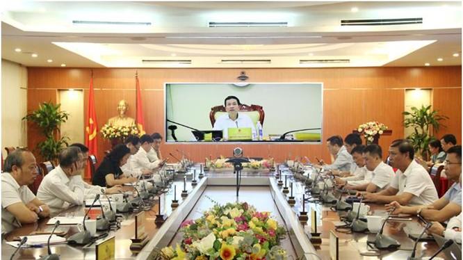 Bộ trưởng Nguyễn Mạnh Hùng chủ trì giao ban. Ảnh MIC.