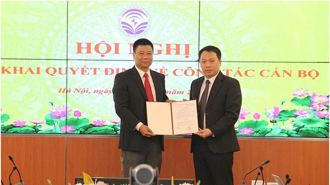 Thứ trưởng Nguyễn Huy Dũng trao Quyết định cho Ông Đỗ Công Anh. Ảnh MIC
