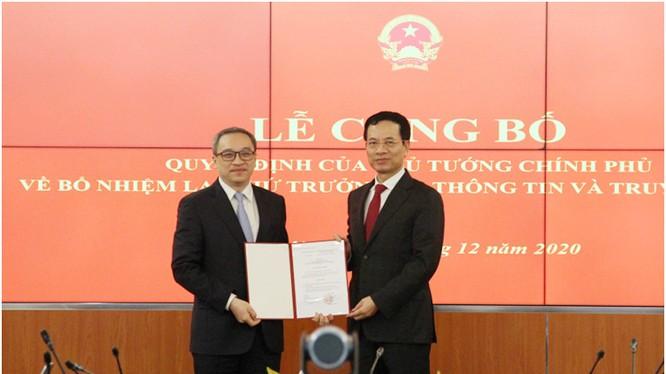 Thừa ủy quyền của Thủ tướng Chính phủ, Bộ trưởng Nguyễn Mạnh Hùng trao quyết định tái bổ nhiệm cho Thứ trưởng Phan Tâm. Ảnh MIC