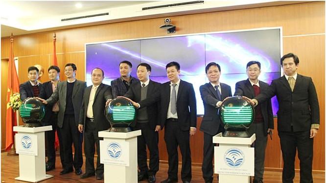 Thứ trưởng Nguyễn Huy Dũng bấm nút khai trương Chương trình IPv6. Ảnh MIC