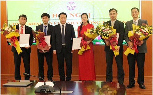 Thứ trưởng Nguyễn Huy Dũng trao quyết định cho các cán bộ. Ảnh: Mic