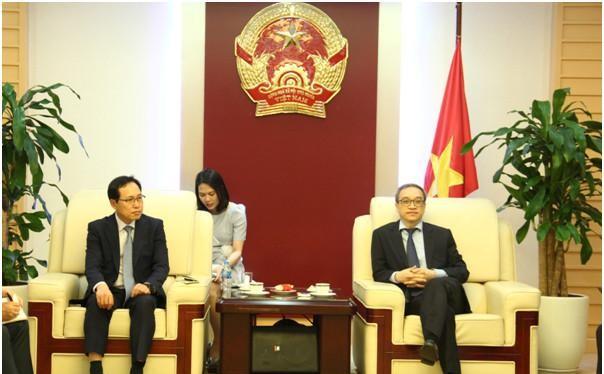 Thứ trưởng Phan Tâm tiếp đại diện Sam sung VN. Ảnh MIC.