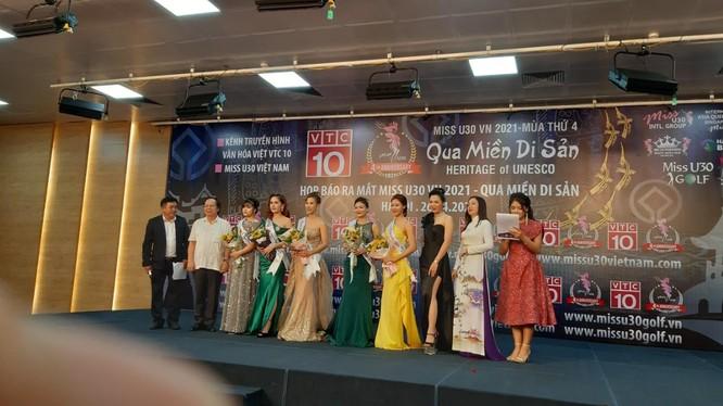 NSND Lê Tiến Thọ nguyên Thứ trưởng Bộ VHTT&DL tặng hoa cho các người đẹp. Ảnh AT