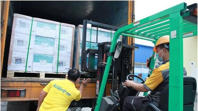 Vietnam Post đang khẩn trưởng vận chuyển máy thở ủng hộ Ấn Độ. ảnh Mic