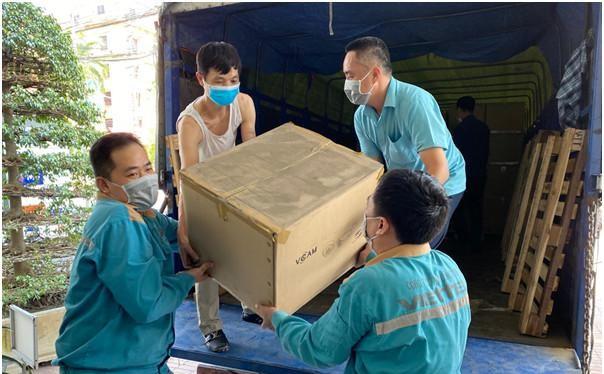 Viettel Bắc Giang đang vận chuyển camera đến điểm lắp đặt. Ảnh Mic